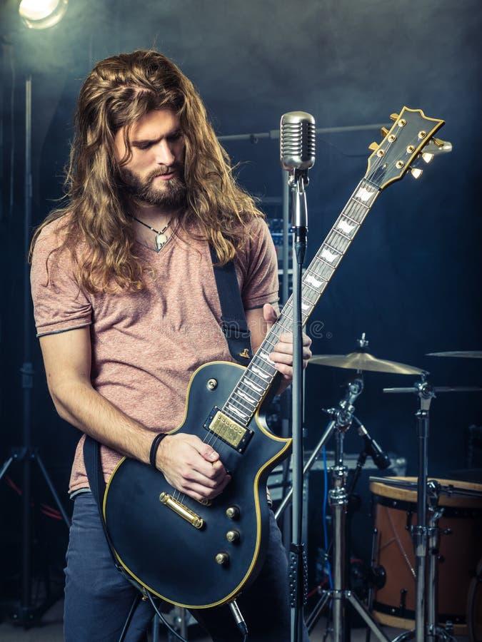 Гитарист тряся на этапе стоковое фото rf