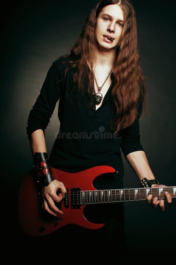 Гитарист тяжелого метала стоковые фотографии rf