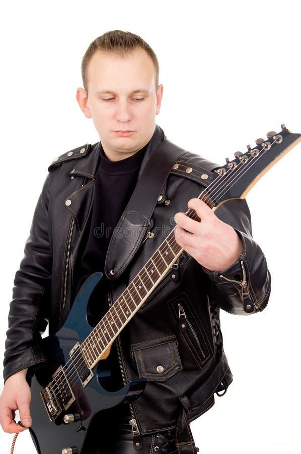 Гитарист утеса в кожаной одежде стоковые изображения