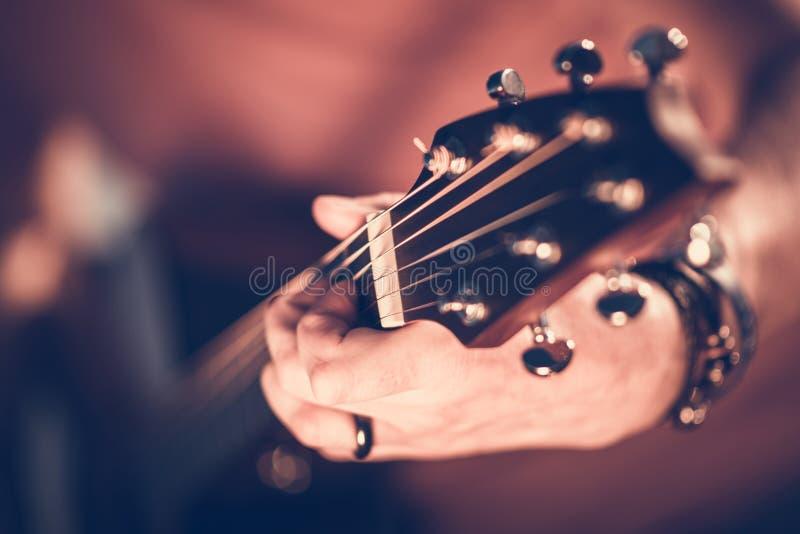 Гитарист утеса стоковые фото