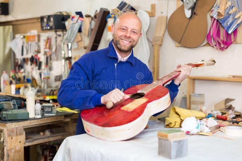 Гитар-создатель на мастерской стоковое фото