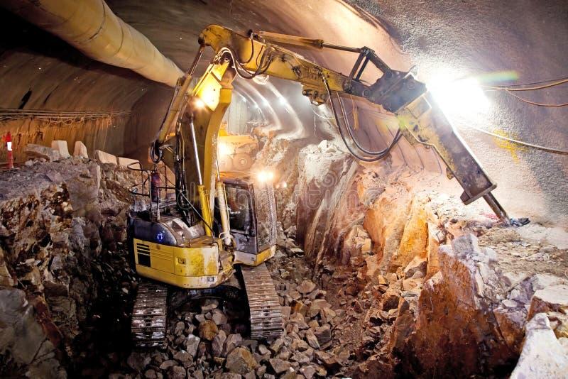 Гидравлический экскаватор молотка - конструкция тоннеля конкретной дороги стоковые фото