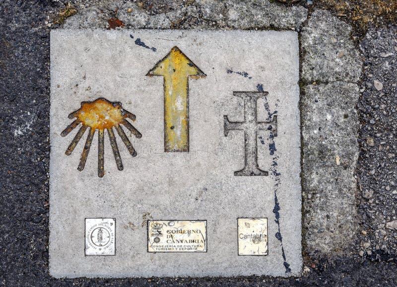 Гид Сантьяго дорожного знака в San Vicente Barquera Испании стоковые изображения rf