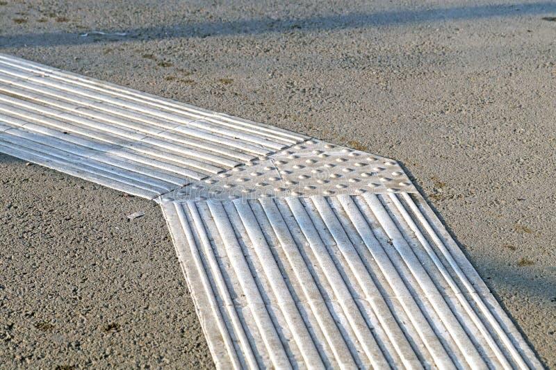 Гиды тротуара для шторок Желтые конкретные булыжники на людях слепоты дорожки стоковое фото rf
