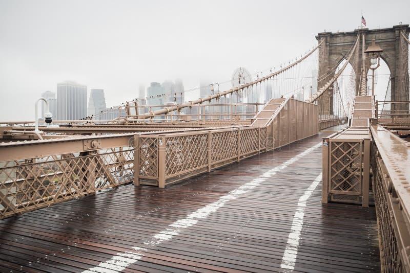 Главная дорога Бруклинского моста водя к городскому Манхэттену стоковые фото