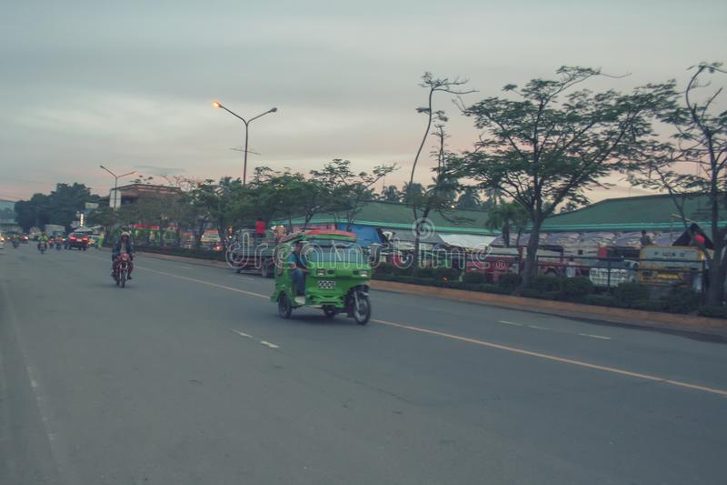 Главная дорога идя к автовокзалу города Tagum стоковое фото rf