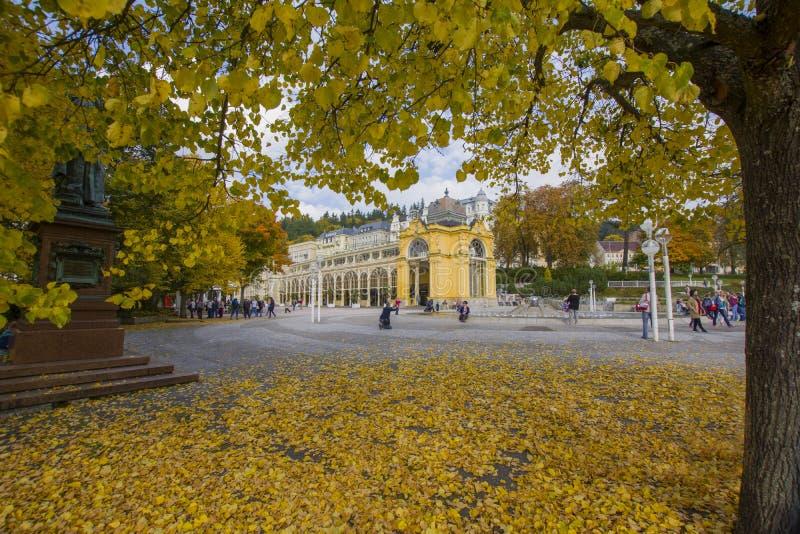 Главная колоннада в после полудня - осень курорта в малом западном богемском курортном городе Marianske Lazne Marienbad - чехия стоковые изображения