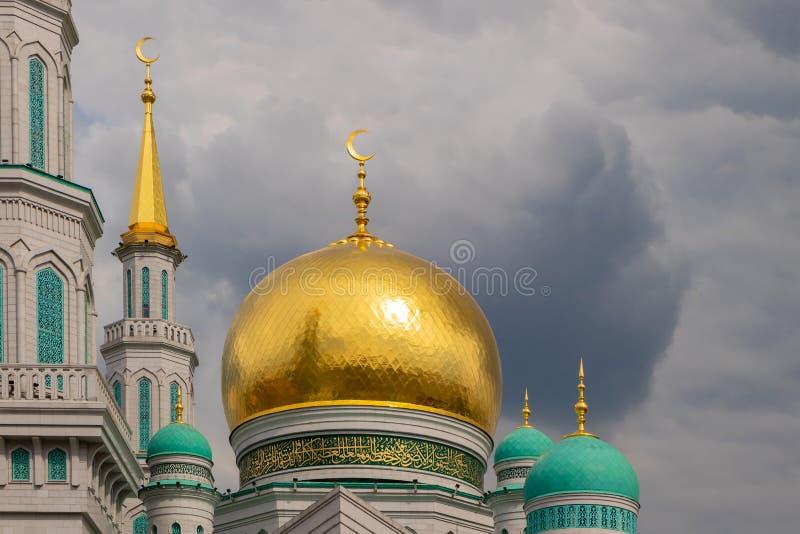 Главная мечеть собора Москвы Одна из самых больших и самых высоких мечетей, размещенный на олимпийском бульваре стоковое фото