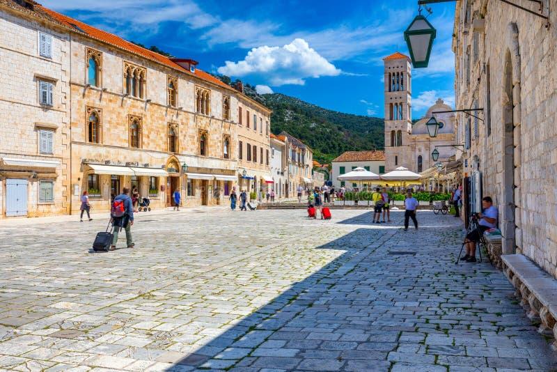 Главная площадь в старом средневековом городке Hvar Hvar одно из большинств популярных туристских назначений в Хорватии летом Цен стоковое изображение rf