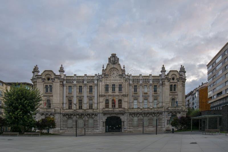 Главная площадь и здание муниципалитет Сантандера на восходе солнца стоковые фото