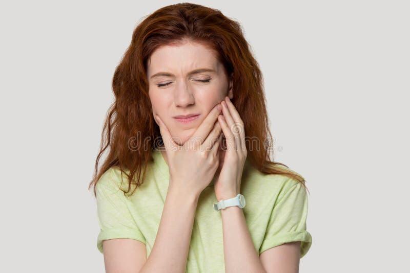 Главная снятая женщина redhead портрета студии имея боль зуба стоковое фото rf