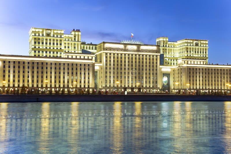 Главное здание министерства обороны Российской Федерации Minoboron и реки Moskva r стоковое фото rf
