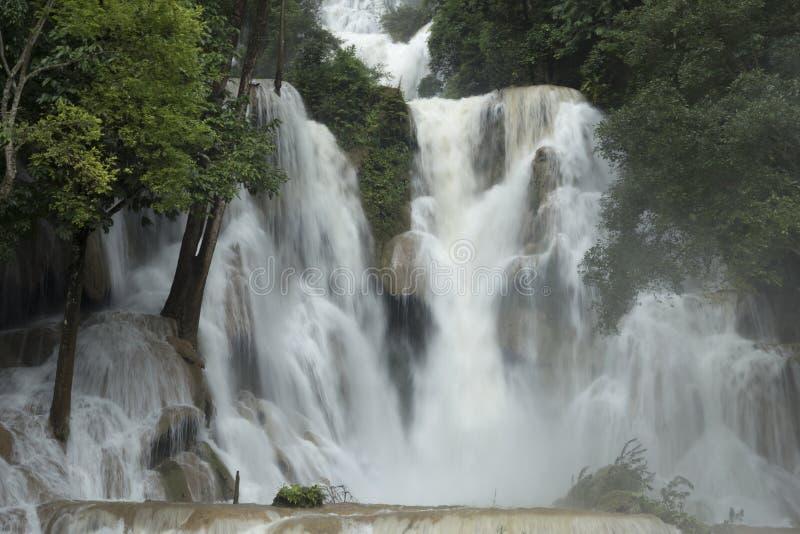 Главный водопад в водопадах Kuang Si около Luang Prabang стоковые изображения
