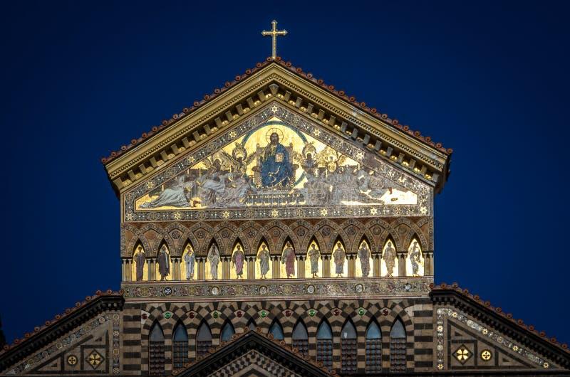 Главный вход собора Амальфи предназначенного к апостолу Андрею Первозванному в аркаде del Duomo в Амальфи Италии стоковые фотографии rf