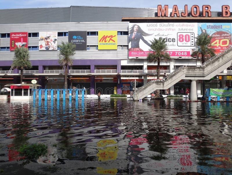 Главный мол получает затопил в Rangsit, Таиланде, в октябре 2011 стоковые изображения rf