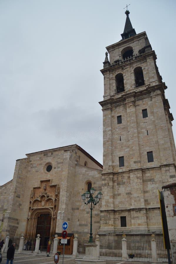 Главный фасад собора на дождливый день в Alcala De Henares 1-ое января 2014 Alcala De Henares, Мадрид, Испания Улица стоковое фото