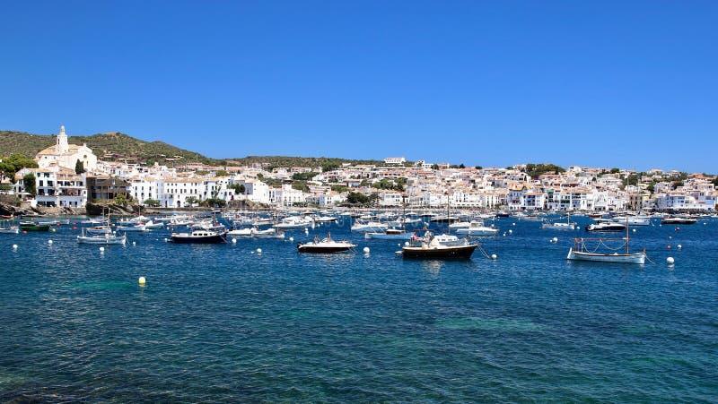 Главным образом взгляд залива и деревни Cadaqués, от пляжа ` Es Llaner Gran `, Коста Brava, Средиземное море, Каталония, Испания стоковое изображение