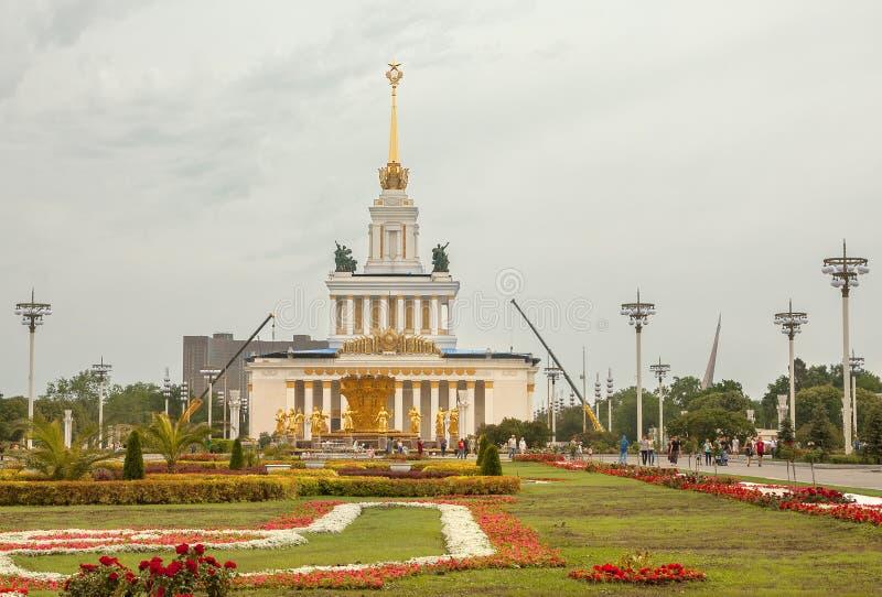Главным образом взгляд фонтана приятельства людей и павильон 1 в центре выставки VDNH в Москве стоковая фотография
