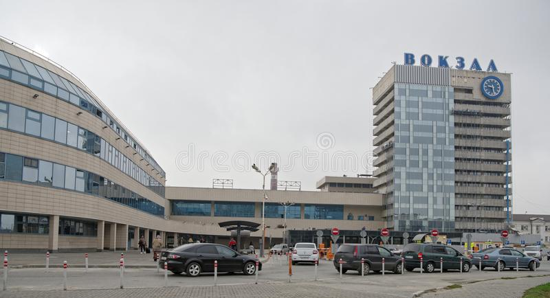 Главным образом железнодорожный вокзал Пассажиры и переход nearb стоковые изображения rf