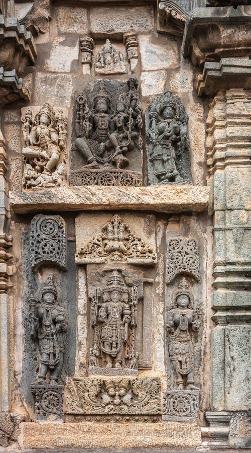 3 главных индусских бога и их супруги на виске Chennakeshava в Belur, Индии стоковое изображение