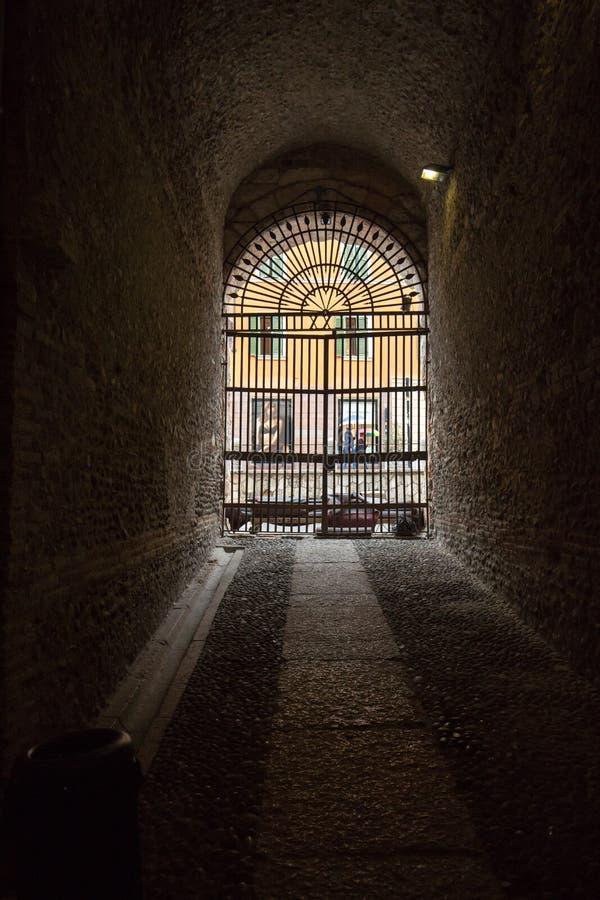 Гладиаторы прокладывают тоннель в di Вероне арены, Вероне, стоковое изображение rf