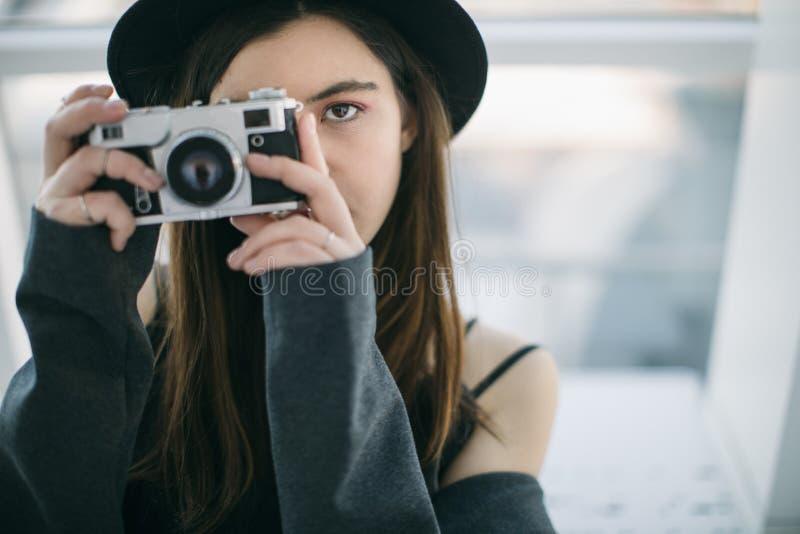 Глаза фотографа Красивая женщина ypung Творческие хобби и работа стоковое фото rf