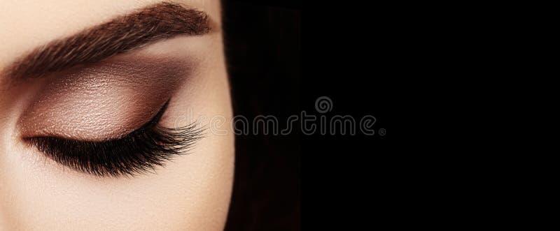Глаз красивого макроса женский с весьма длинными ресницами и отпраздновать макияж Идеальный макияж формы, фасонирует длинные плет стоковое фото rf