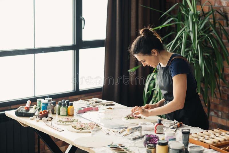 Глина женщины ремесленничества художественного произведения ремесла работы художника стоковое фото rf