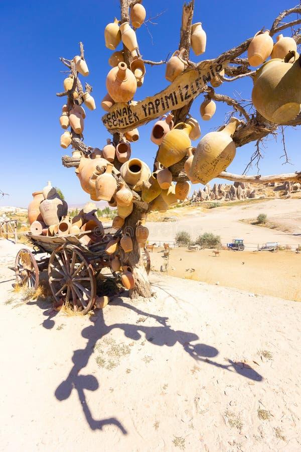 Глиняные горшки на дереве Церков утеса и просторные квартиры голубя Долина шпаги, Goreme, Cappadocia, Анатолия, Турция популярно стоковые фото