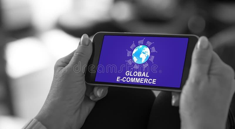 Глобальная концепция электронной коммерции на smartphone стоковое изображение