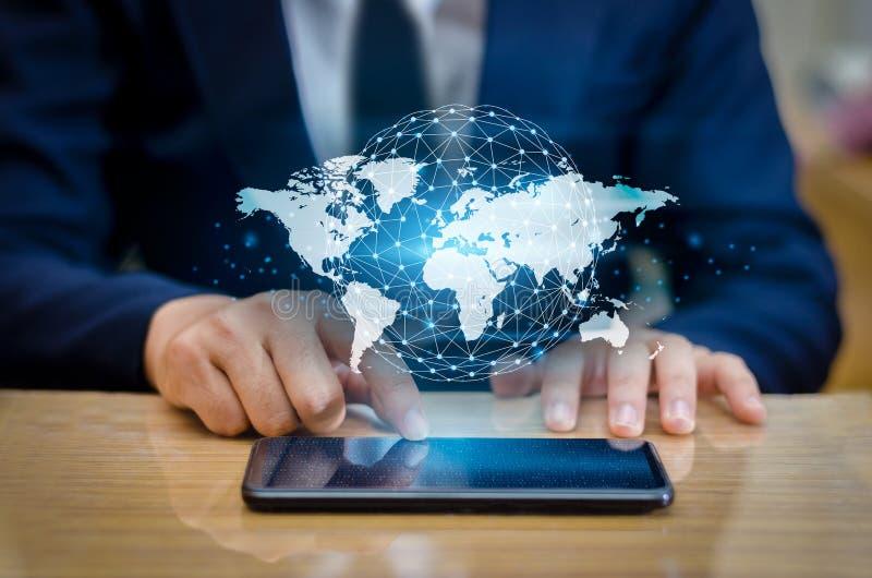 Глобальные связи составляют карту бинарные умные телефоны и бизнесмены интернета мира связи соединений глобуса неупотребительные  стоковое фото