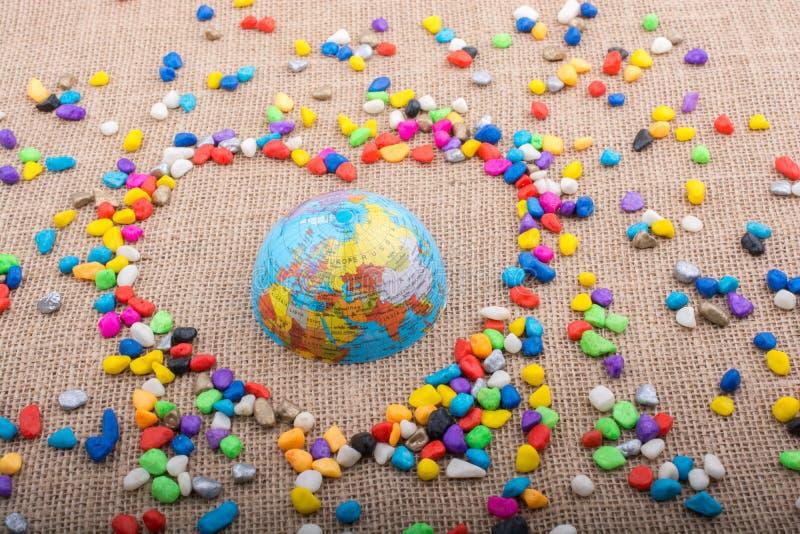 Глобус в форме сердца сформировал камешками стоковые изображения rf