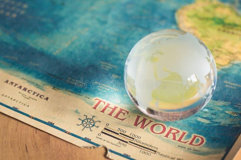 Глобус Кристл на карте мира стоковое фото