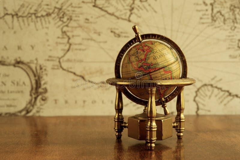 Глобус на таблице стоковая фотография