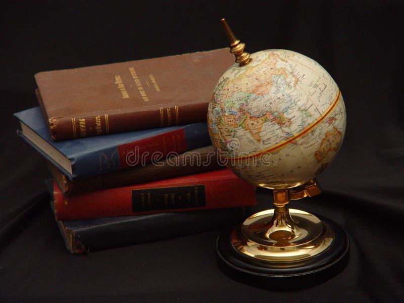 глобус цвета книг стоковое фото rf