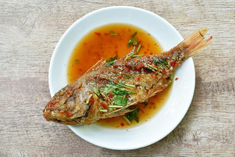Глубокие зажаренные рыбы красного люциана одевая сладкий соус chili на плите стоковые изображения