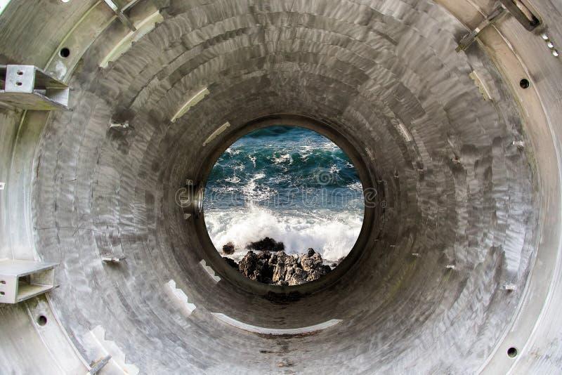 Глубокие тоннель или трубка утюга к морю стоковое фото