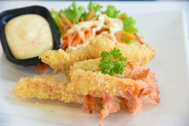 Глубокий зажаренный диск креветки, также известный как креветка попкорна Также доступный в vertica на таблице стоковая фотография
