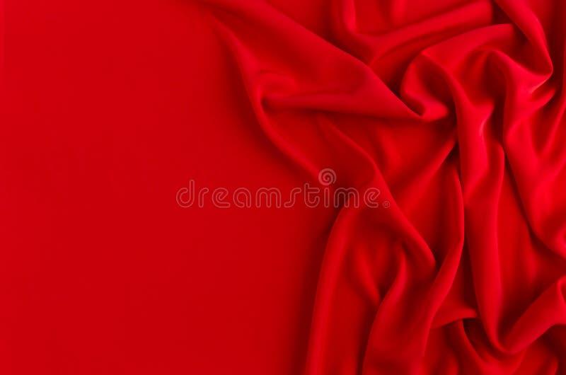 Глубоко - красная silk ровная волнистая предпосылка с космосом экземпляра стоковые фотографии rf