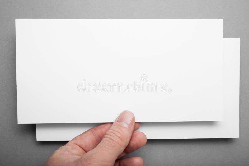 Глумитесь вверх белого летчика DL на серой предпосылке в руке стоковые изображения rf