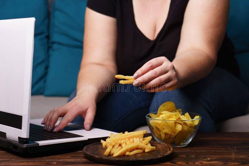 Глупый snacking, переедающ, недостаток физической активности, lazine стоковые фото