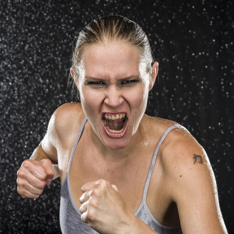 Гневный женский боец кричащий на камере стоковое фото