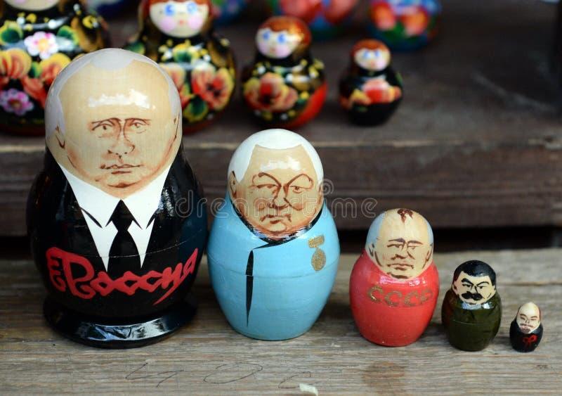 Гнездят куклы показывая русских правителей на счетчике сувениров в Москве стоковая фотография rf