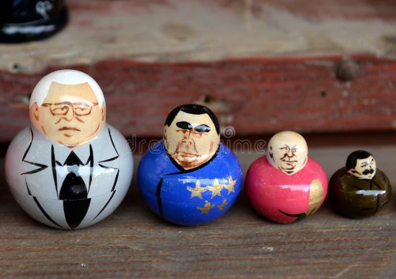 Гнездят куклы показывая советских правителей на счетчике сувениров в Москве стоковые изображения