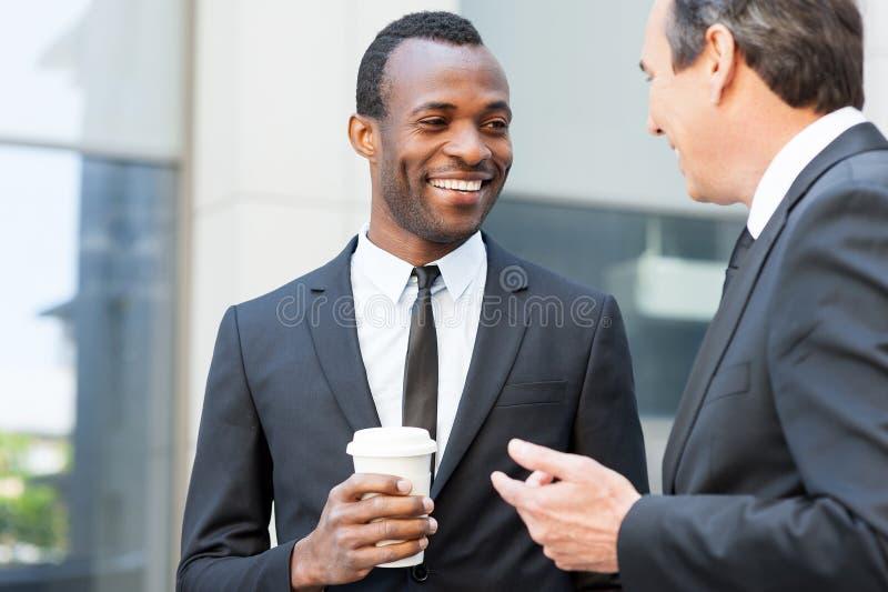 Download Говорить во время перерыва на чашку кофе Стоковое Фото - изображение насчитывающей бизнесмен, ширины: 40584564
