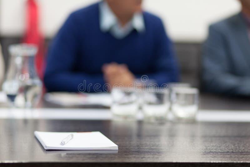 говорить встречи компьтер-книжки стола cmputer бизнесмена дела сь к использованию женщины стоковые фото