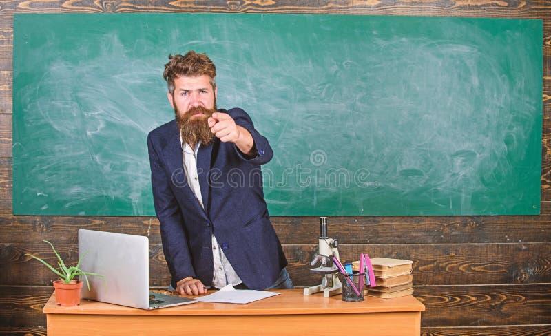 Говорить к студентам или зрачкам Человек учителя бородатый говорит интересный рассказ Стойка битника учителя харизматическая окол стоковая фотография
