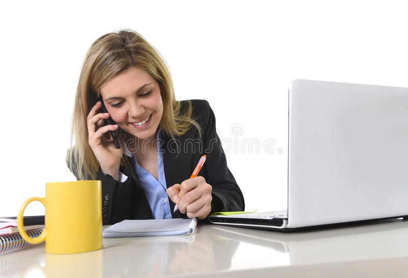 Говорить счастливой кавказской белокурой бизнес-леди работая на мобильном телефоне стоковые изображения rf