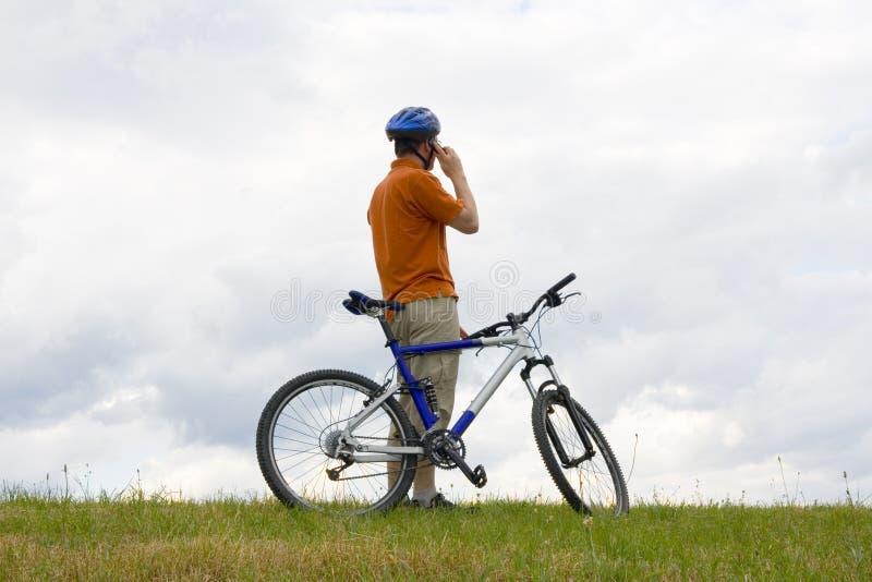 говорить телефона горы человека клетки bike стоковые изображения rf