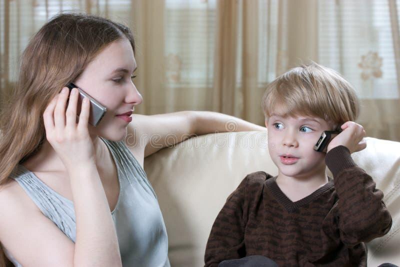 говорить телефона семьи стоковое фото rf
